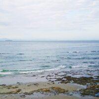 探偵が浮気調査の尾行で浮気カップルを追って海岸へ