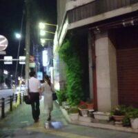 名古屋の探偵が浮気調査でバスを降りた後の夜の不倫カップルを撮影