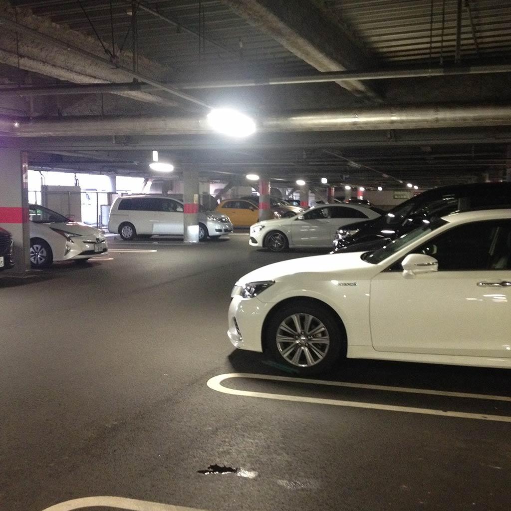 探偵が商業施設の駐車場で