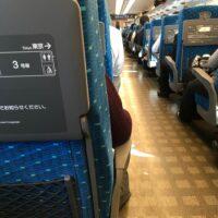 新幹線の車内で名古屋の探偵が浮気調査の尾行中